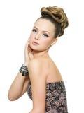 Bella ragazza teenager con l'acconciatura moderna Fotografie Stock Libere da Diritti