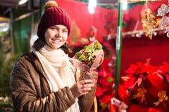 Bella ragazza teenager con le decorazioni floreali Immagine Stock