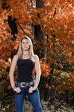 Bella ragazza teenager del paese fra il fogliame di caduta Fotografie Stock
