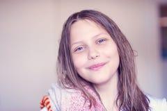 Bella ragazza teenager felice con capelli bagnati Fotografia Stock Libera da Diritti