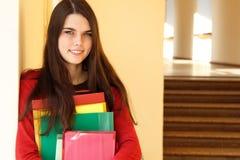 Bella ragazza teenager nel sorridere felice dell'università Fotografia Stock