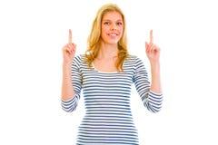 Bella ragazza teenager sorridente che indica barretta in su fotografia stock libera da diritti