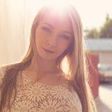 Bella ragazza tenera sexy vicino alla parete, accanto ad un recinto di legno al tramonto nella città, capelli del volntse fotografie stock