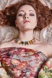 Bella ragazza in tessuti colorati fiore Fotografia Stock