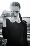 Bella ragazza triste che fotografa sulla macchina da presa d'annata Rebecca 36 Immagine Stock