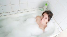 Bella ragazza in un bagno Immagini Stock