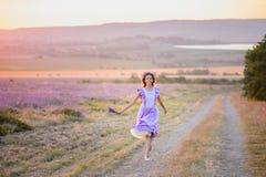 Bella ragazza in un campo di lavanda sul tramonto Fotografia Stock