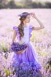 Bella ragazza in un campo di lavanda sul tramonto Fotografie Stock Libere da Diritti