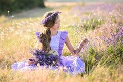 Bella ragazza in un campo di lavanda sul tramonto Immagine Stock Libera da Diritti