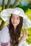 Bella ragazza in un cappello che sorride all'aperto Fotografie Stock