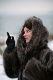 Bella ragazza in un cappotto di pelliccia Fotografia Stock
