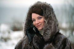 Bella ragazza in un cappotto di pelliccia Immagini Stock
