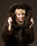 Bella ragazza in un cappotto di pelliccia Fotografie Stock