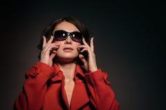 Bella ragazza in un cappotto rosso Fotografie Stock