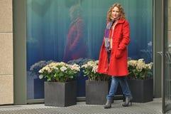 Bella ragazza in un cappotto rosso fotografie stock libere da diritti