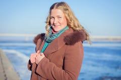 Bella ragazza in un cappotto in varie pose fotografia stock libera da diritti