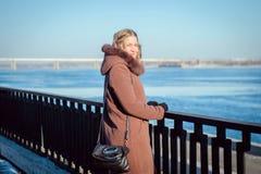 Bella ragazza in un cappotto in varie pose fotografia stock