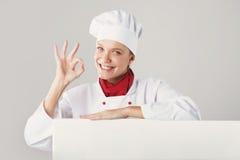 Bella ragazza in un cuoco unico sorridente del vestito Fotografia Stock Libera da Diritti