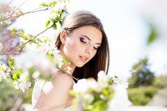 Bella ragazza in un giardino del fiore di ciliegia Fotografia Stock