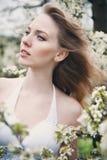 Bella ragazza in un giardino di fioritura della molla Fotografia Stock