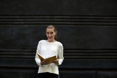 Bella ragazza in un maglione leggero Immagini Stock Libere da Diritti