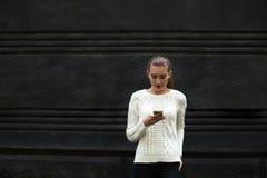 Bella ragazza in un maglione leggero Fotografia Stock Libera da Diritti