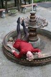 Bella ragazza in un mini vestito rosso alla fontana inaridita Immagine Stock Libera da Diritti