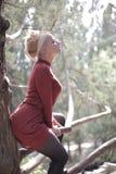 Bella ragazza in un mini vestito rosso alla fontana inaridita Immagine Stock