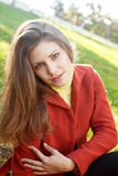 Bella ragazza in un rivestimento rosso Fotografia Stock