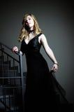 Bella ragazza in un vestito nero fotografia stock