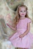 Bella ragazza in un vestito rosa fotografia stock