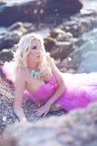 Bella ragazza in un vestito rosa sull'oceano in un vestito rosa fotografie stock