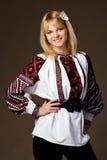 Bella ragazza in una camicia ricamata Fotografie Stock Libere da Diritti
