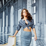 Bella ragazza in una camicia a strisce ed in una gonna stretta, reggiseno nero Fotografia Stock Libera da Diritti