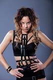 Bella ragazza in una cinghia di spada di cuoio Fotografie Stock