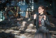 Bella ragazza in una fabbrica abbandonata Fotografie Stock