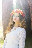 Bella ragazza in una foresta Fotografie Stock Libere da Diritti