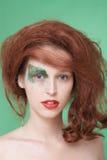 Bella ragazza in una parrucca rossa. Immagini Stock