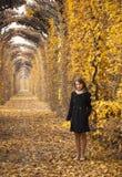 Bella ragazza in una sosta misteriosa di autunno Fotografie Stock Libere da Diritti