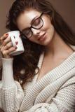 Bella ragazza in vestiti alla moda con i vetri per visione Fronte di bellezza fotografia stock