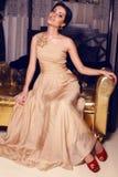 Bella ragazza in vestito beige Immagini Stock