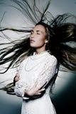 Bella ragazza in vestito bianco con capelli lunghi Immagine Stock