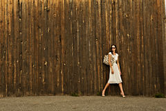 Bella ragazza in vestito bianco contro la parete fotografie stock libere da diritti
