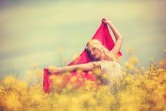 Bella ragazza in vestito bianco nel giacimento di primavera, libertà di concetto immagini stock
