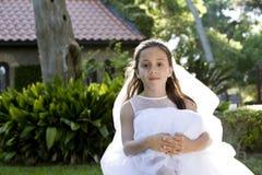 Bella ragazza in vestito bianco sul banco fotografia stock