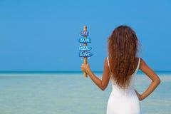 Bella ragazza in vestito bianco sulla spiaggia Immagini Stock Libere da Diritti