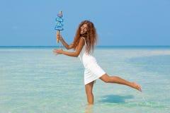 Bella ragazza in vestito bianco sulla spiaggia Fotografie Stock