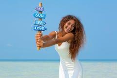 Bella ragazza in vestito bianco sulla spiaggia Immagine Stock