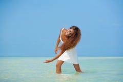 Bella ragazza in vestito bianco sulla spiaggia Fotografia Stock Libera da Diritti