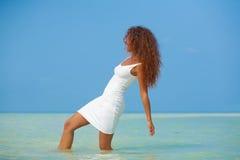 Bella ragazza in vestito bianco sulla spiaggia Fotografia Stock